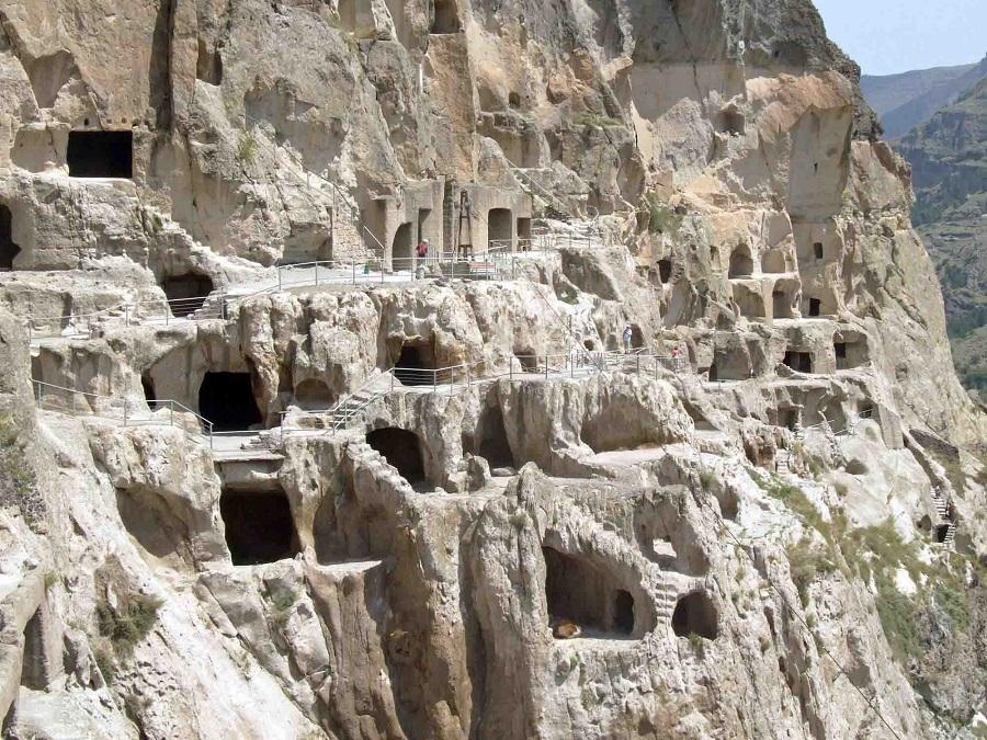 geo10m Vardzia città rupestre