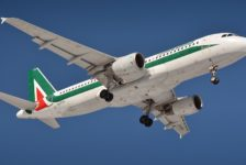 Alitalia riduce i voli tra Genova e Roma